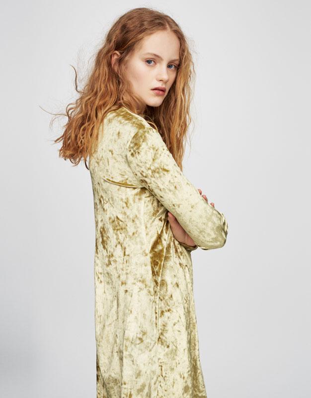 Sukienka z półgolfem i aksamitnym efektem