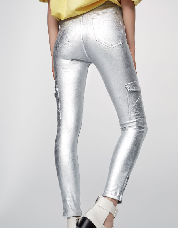 Pantalón cargo skinny fit metalizado