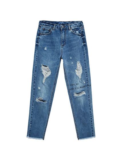 Mom-Fit-Jeans mit Schlitzen und Schriftzug