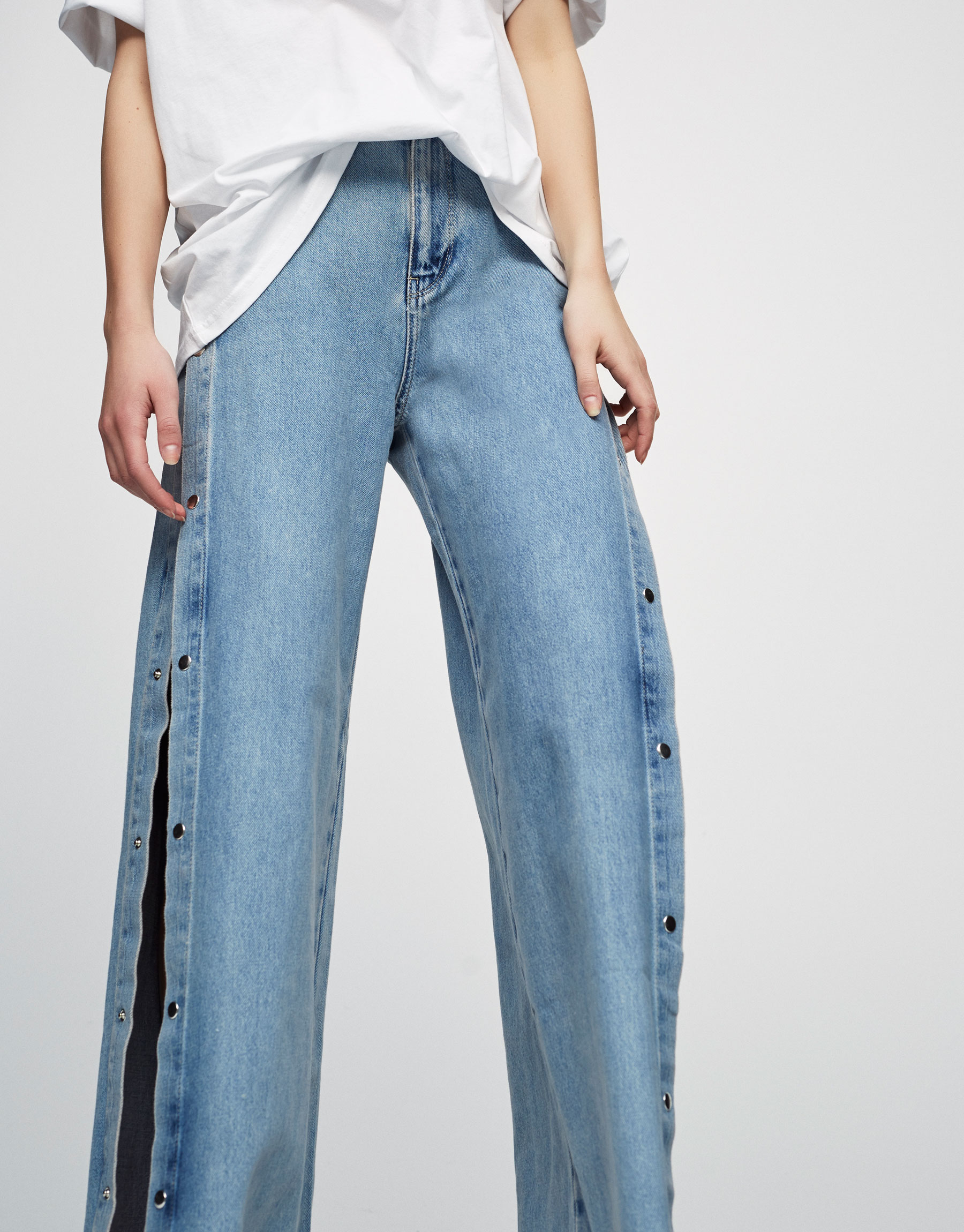 Jeans relaxed fit aberturas laterales
