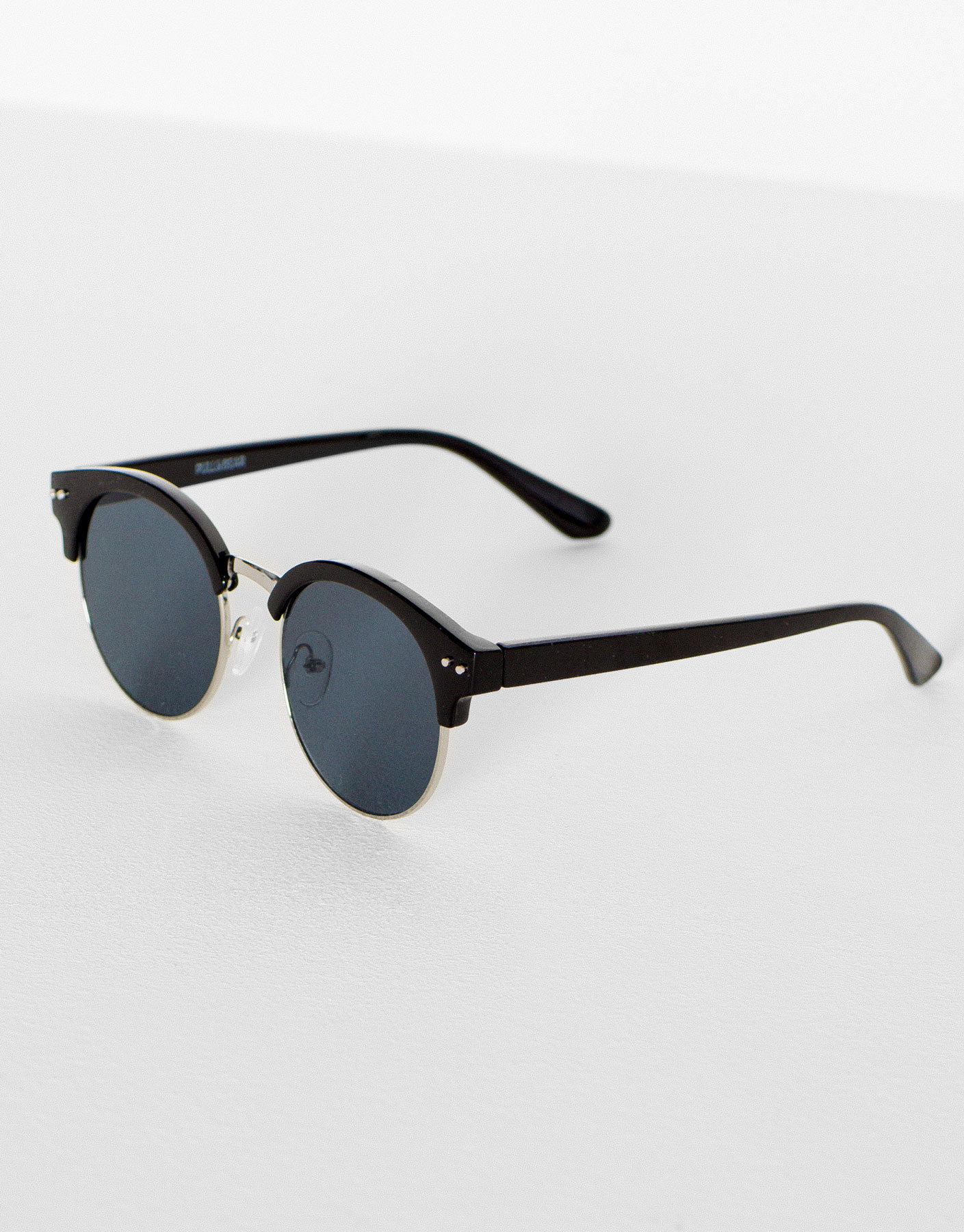 Round black framed sunglasses