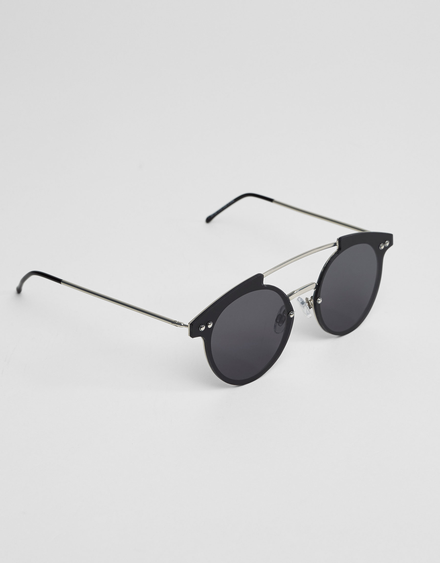 Sunglasses with metallic bridge