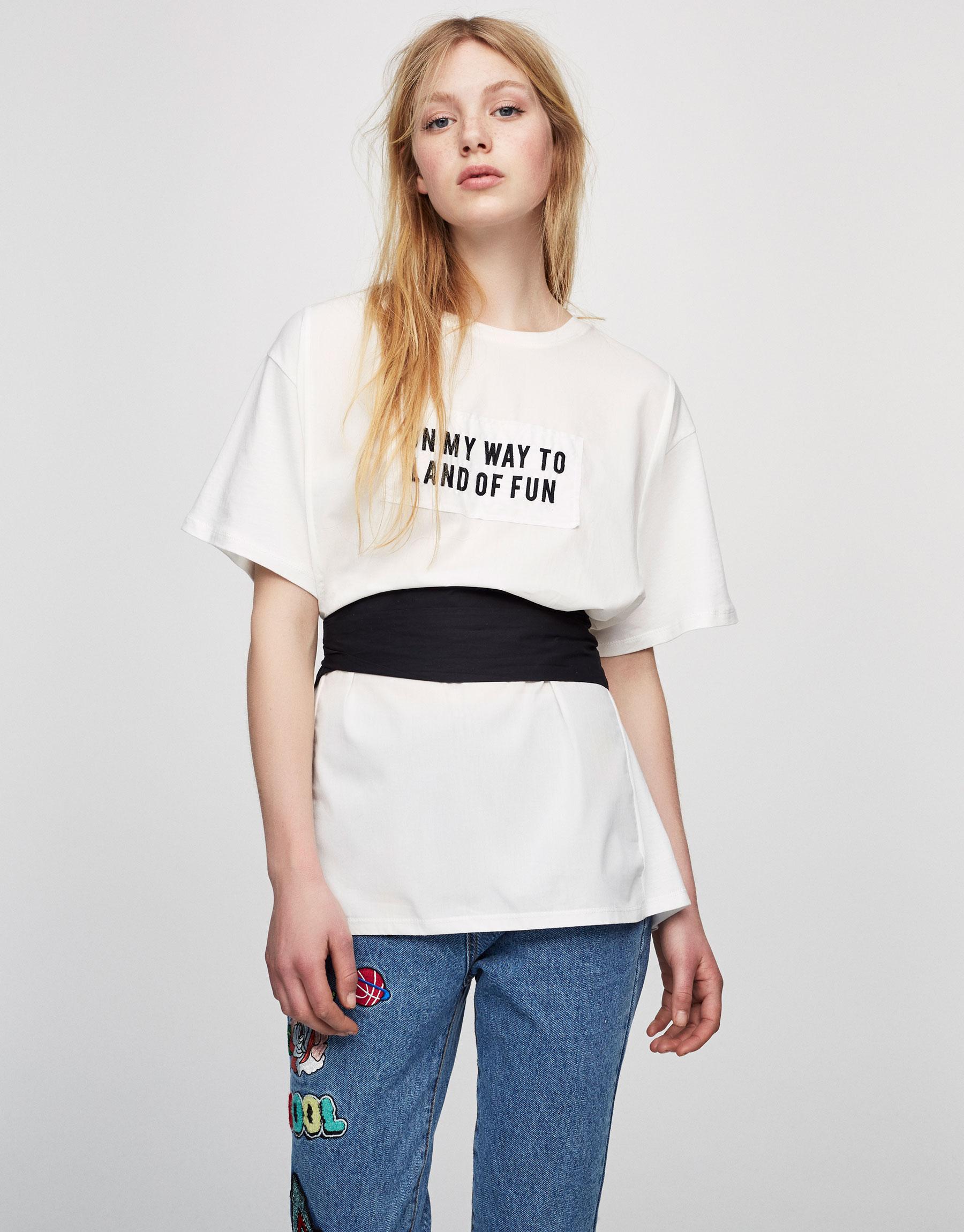 T-shirt com texto e cinto