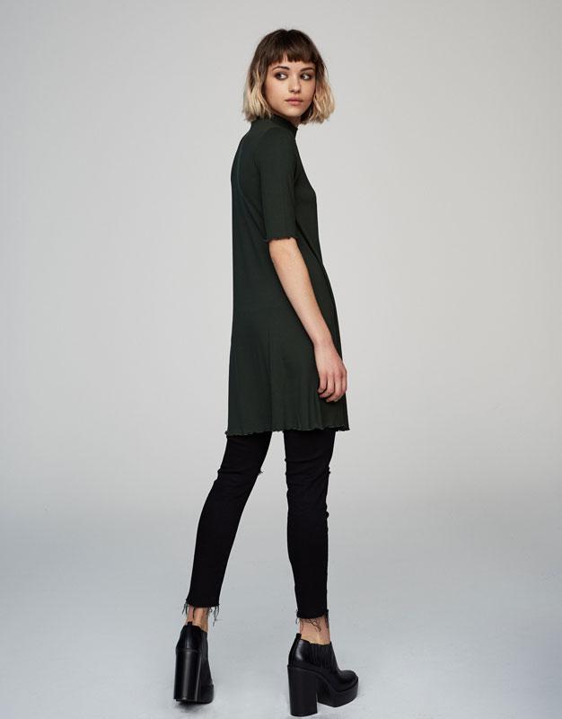 Kurzärmliges Kleid mit geripptem Stehkragen
