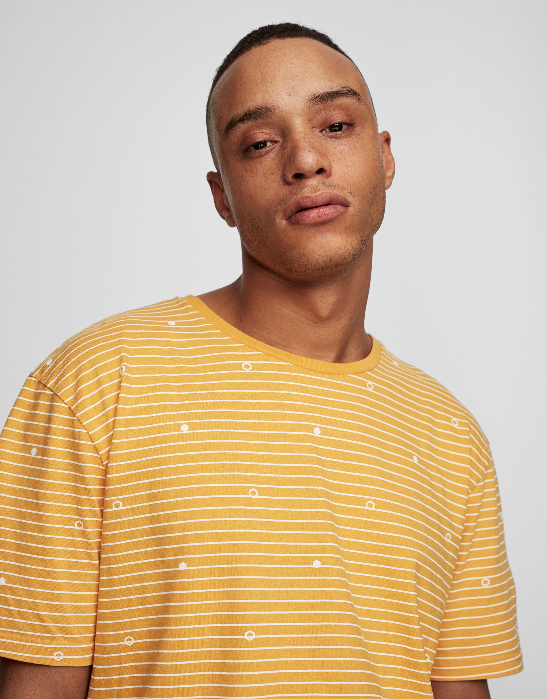 Camiseta mostaza estampada