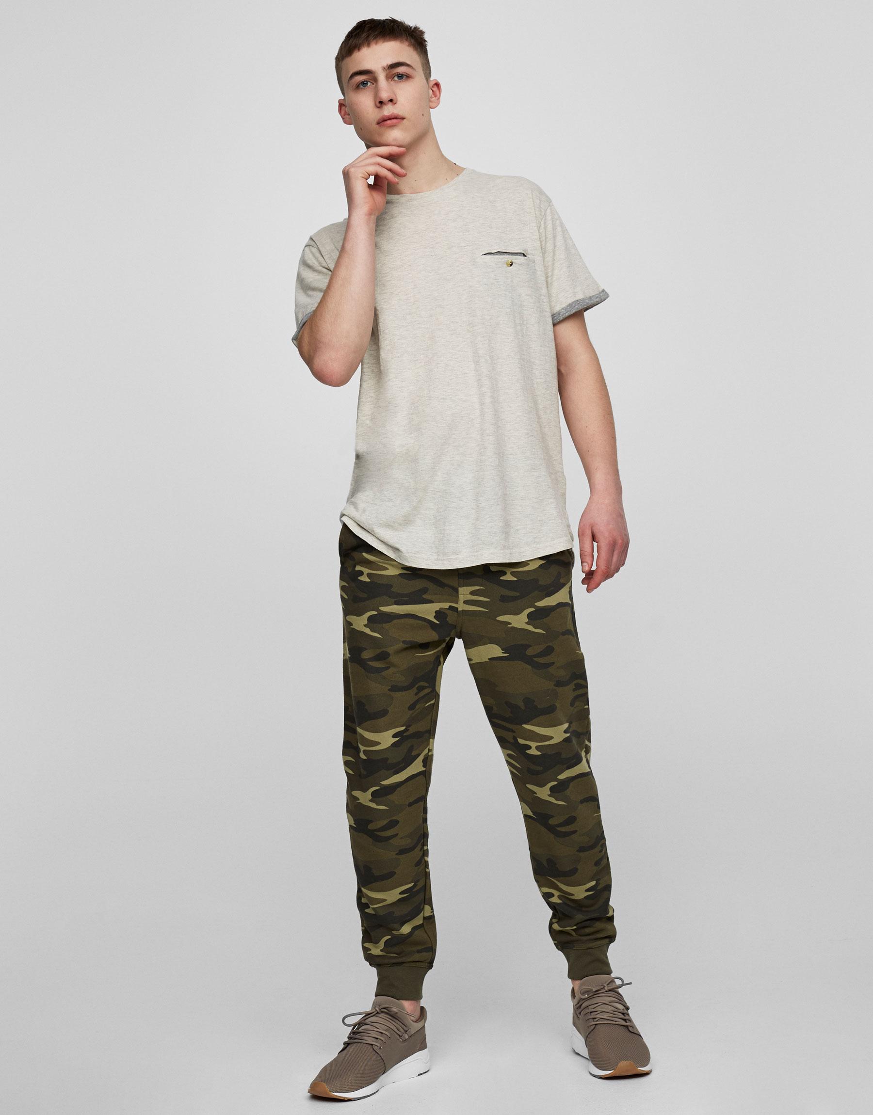 Koszulka z kontrastowymi rękawami i kieszonką