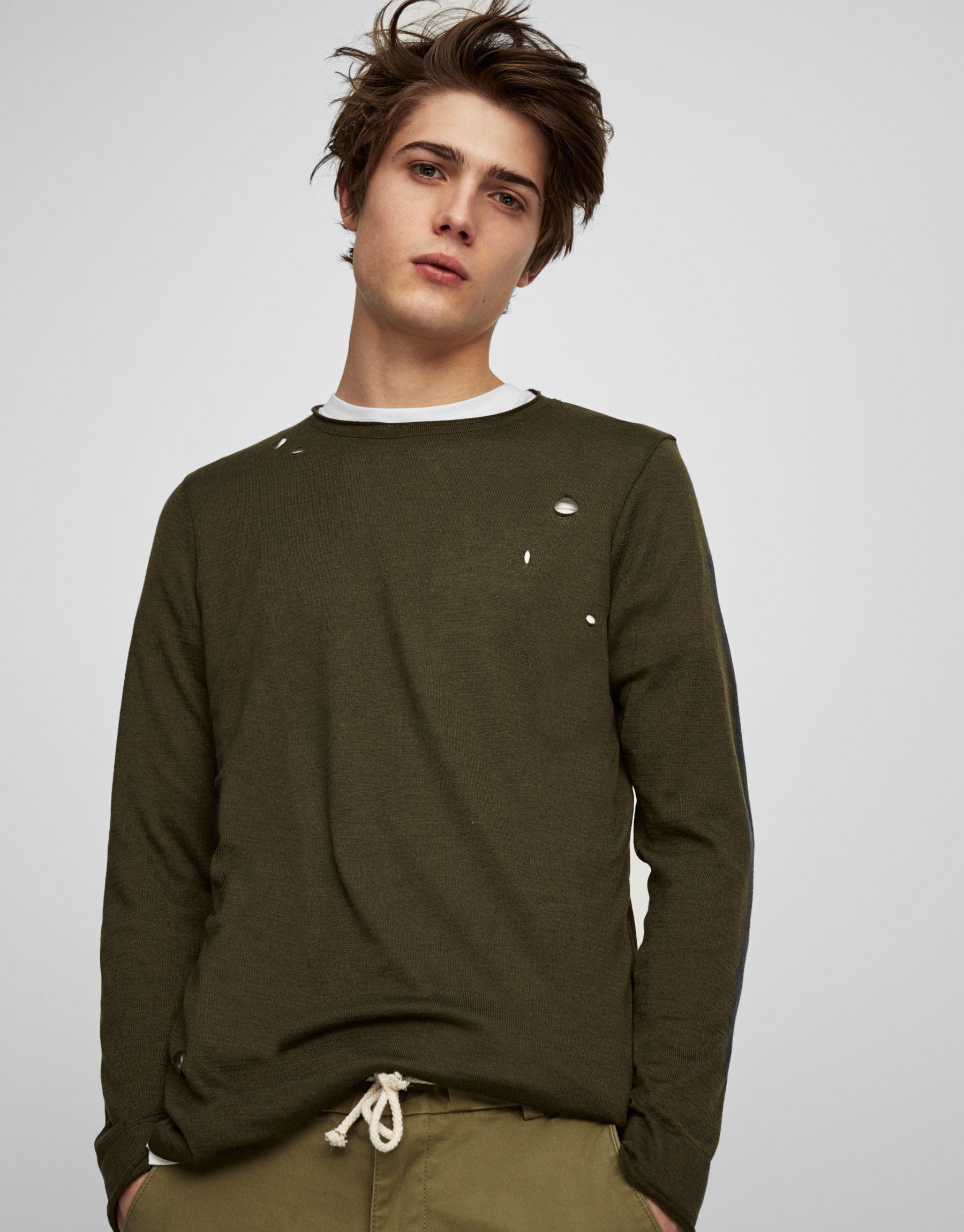 Camisa com rasgões e gola redonda