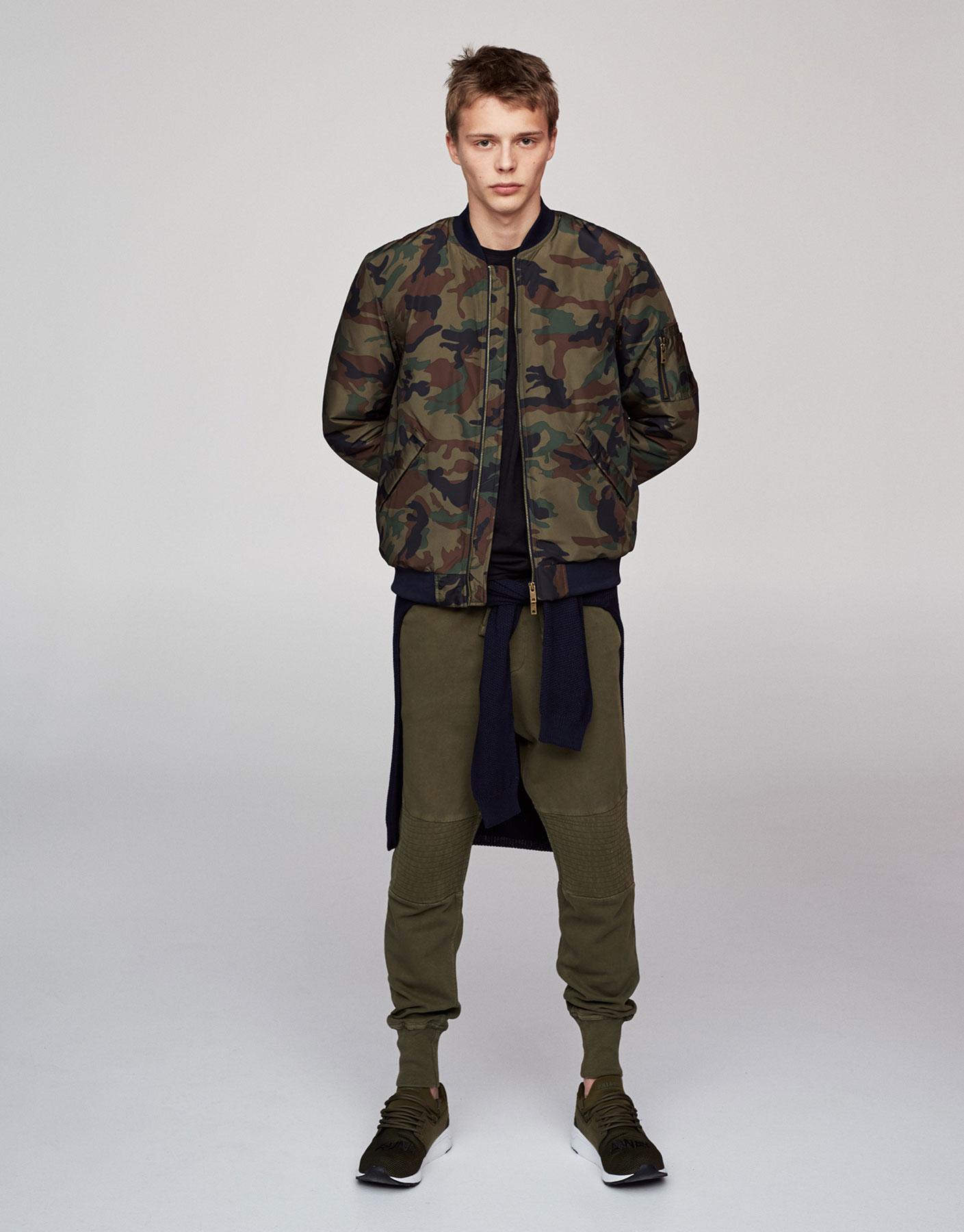 Blusão tipo bomber com estampado de camuflagem