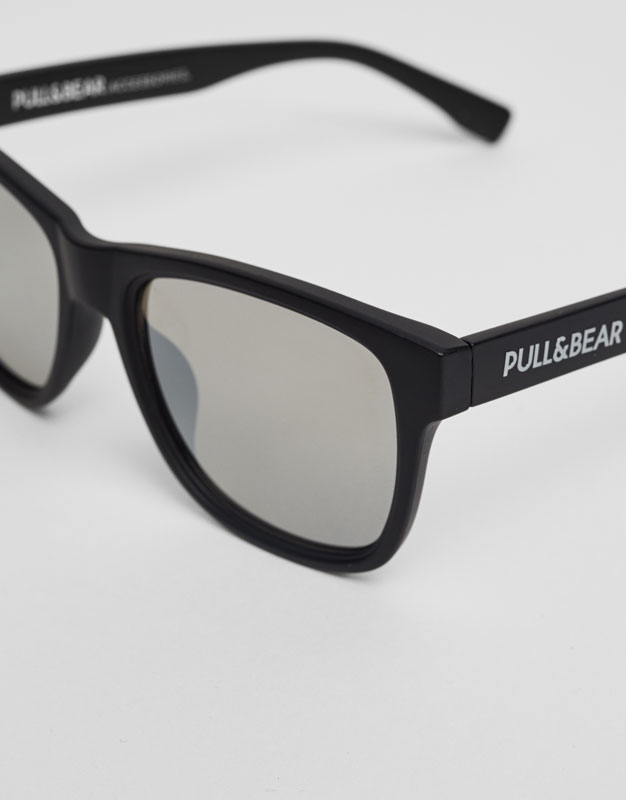 Mirrored sunglasses with matte frame