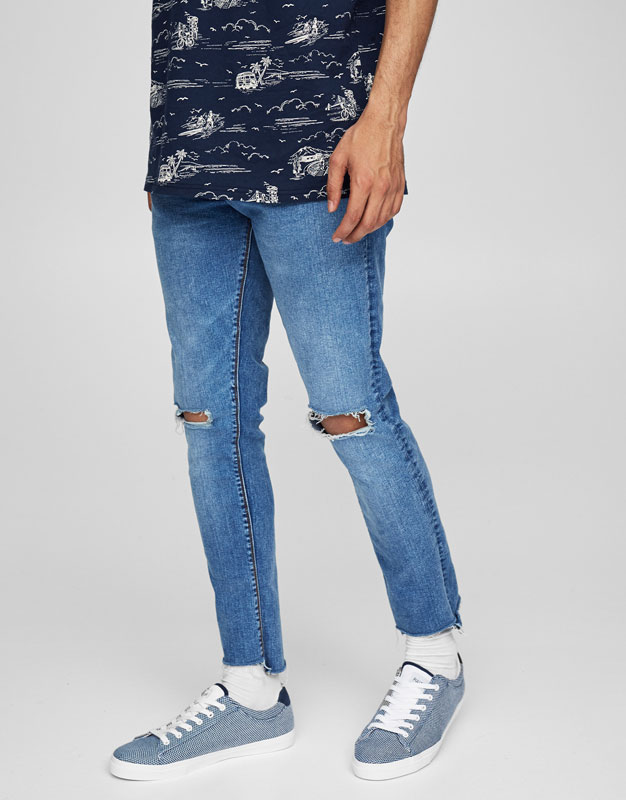 Skinny fit jeans with knee rips