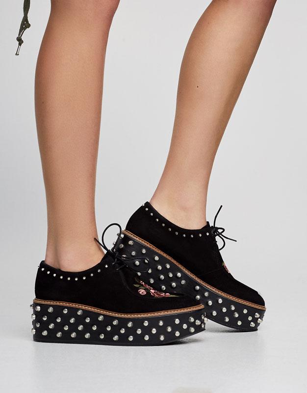 Flatform-Schuh mit Nieten und Stickerei