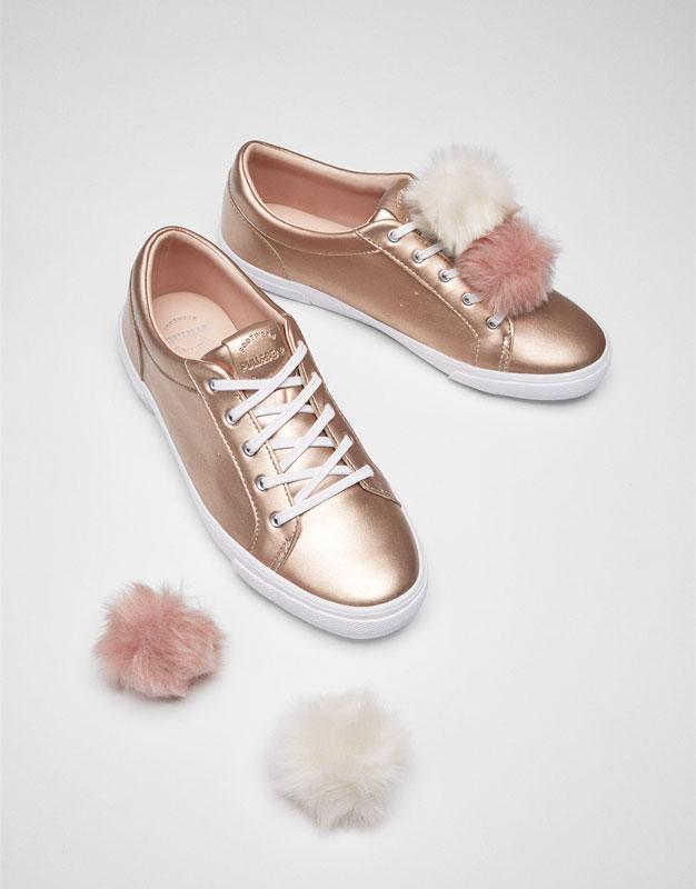 Rosa Sneaker mit Puscheln