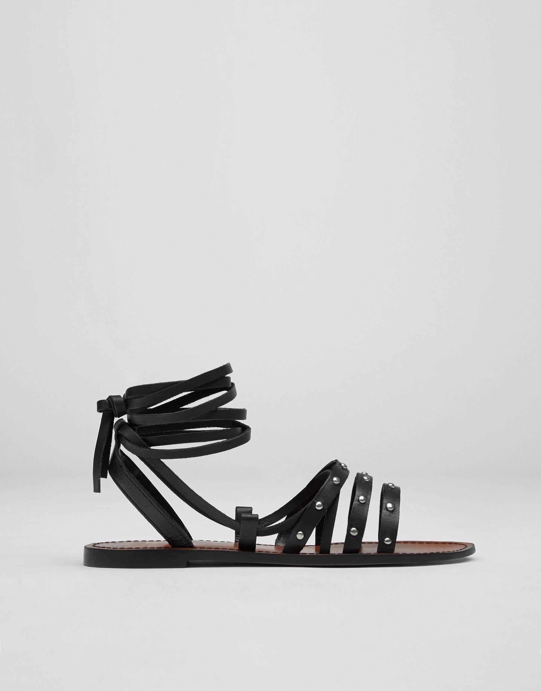 Sandalia piel tachas negra