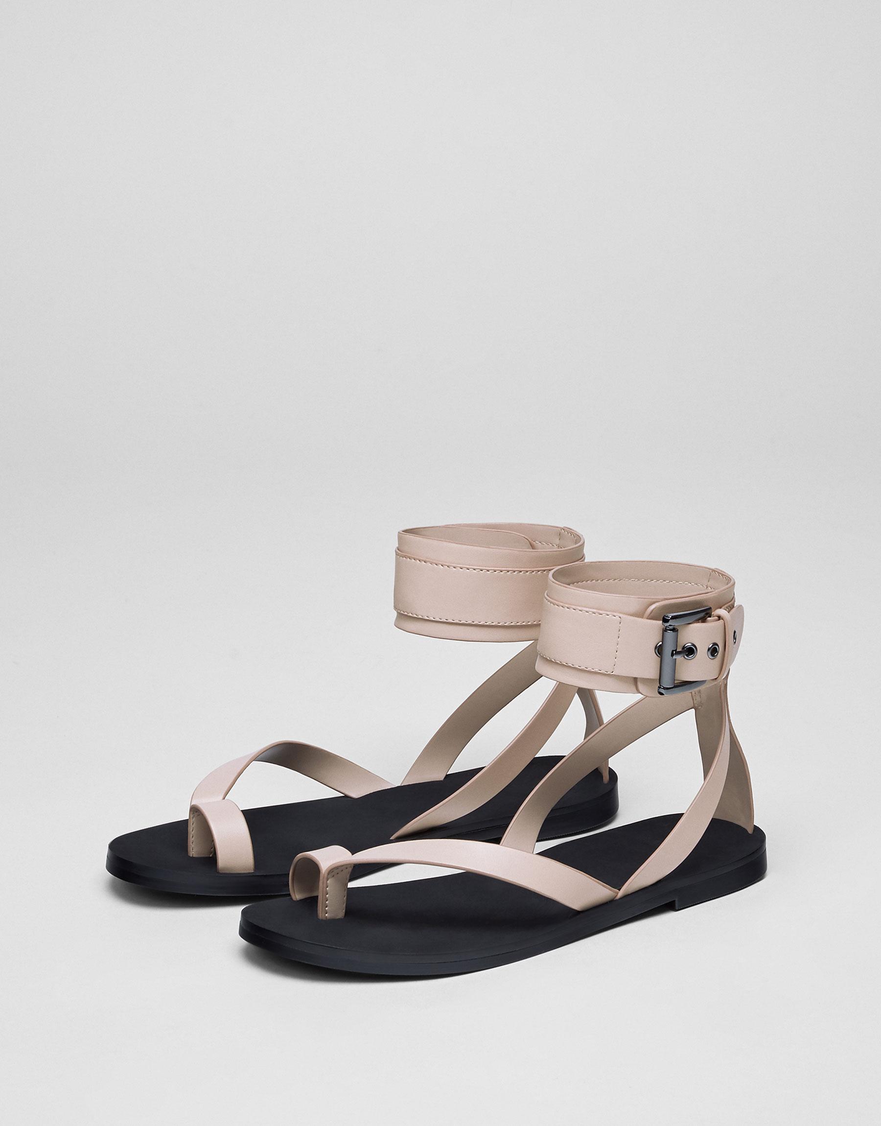 Modische Sandale mit Knöchelriemchen