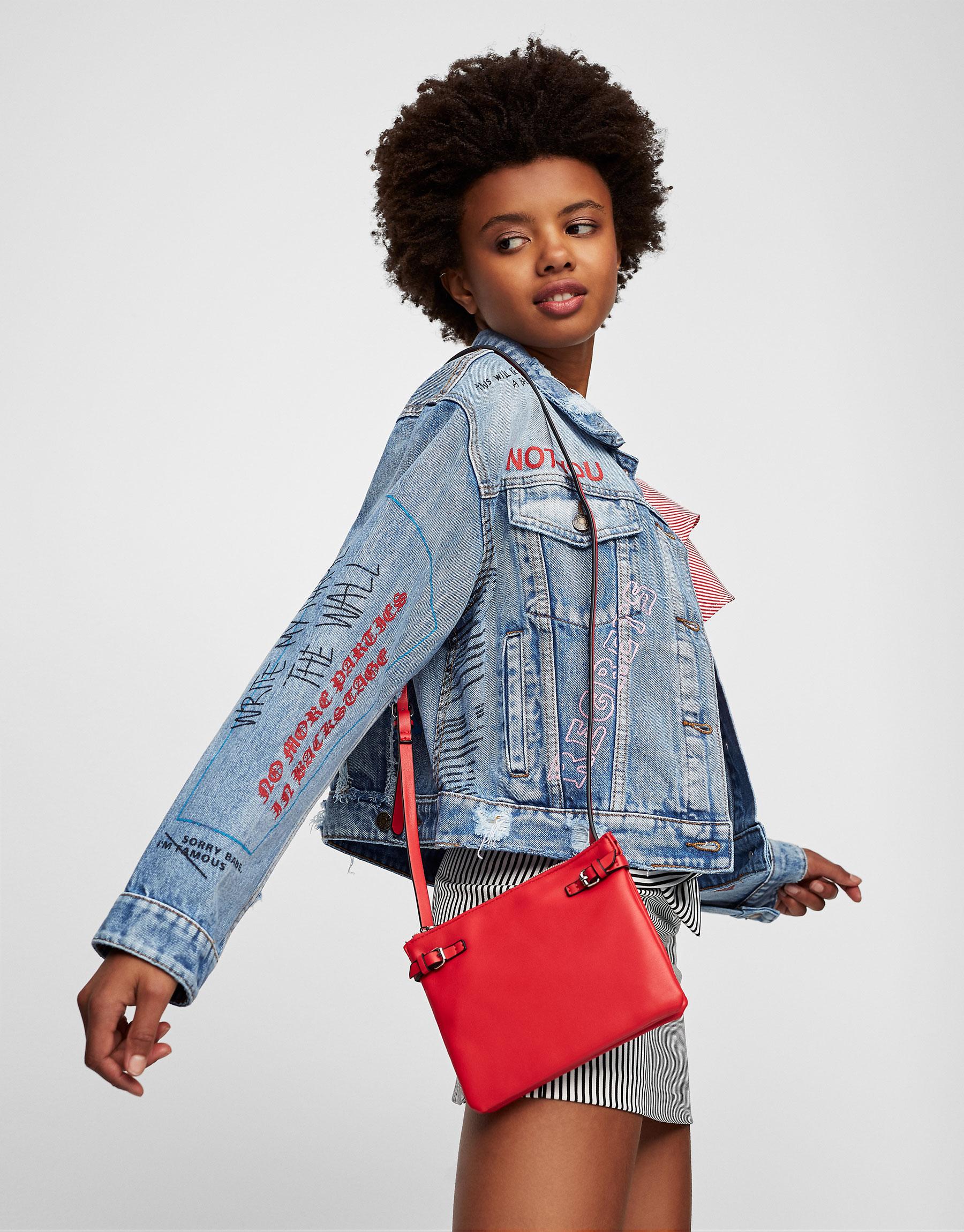 Mini mala a tiracolo com detalhe de fivelas