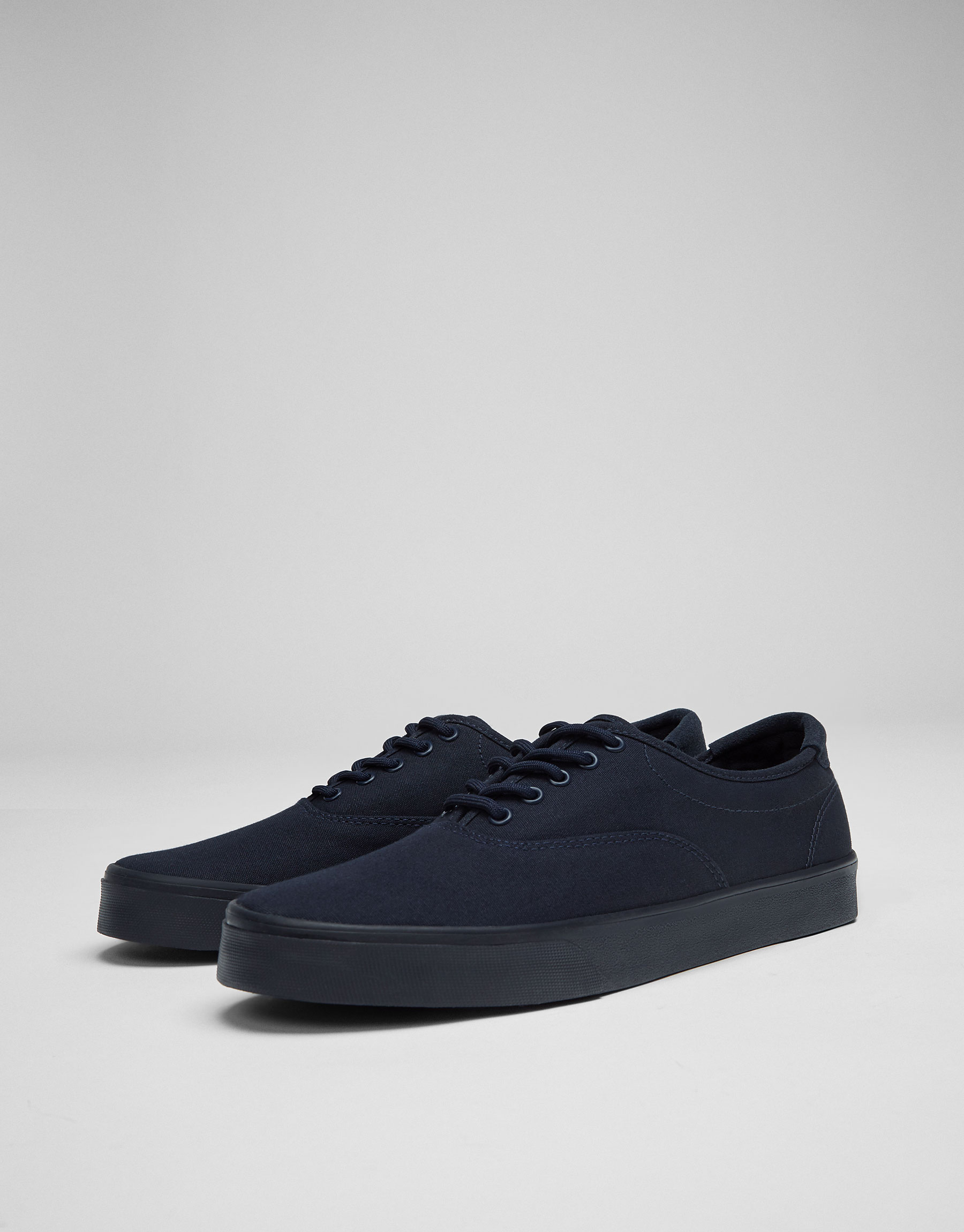 Single-coloured plimsolls