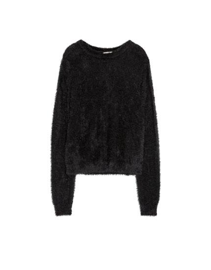 Schwarzer Pullover in Felloptik