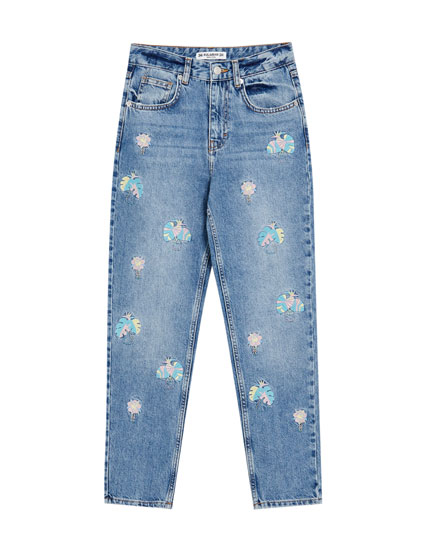 Jeans mom fit com bordado de flores