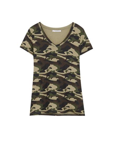 T-Shirt mit V-Ausschnitt und Camouflageprint