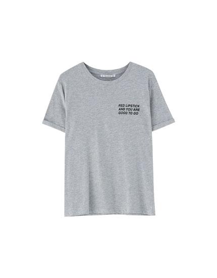Camiseta texto con vuelta en manga