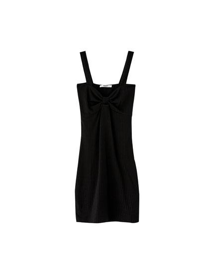 Sukienka z prążkowanego materiału z węzłem