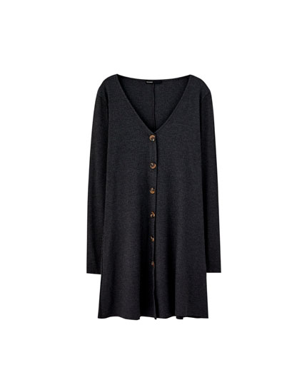 Kleid im Rippenstrick mit langen Ärmeln und Knöpfen
