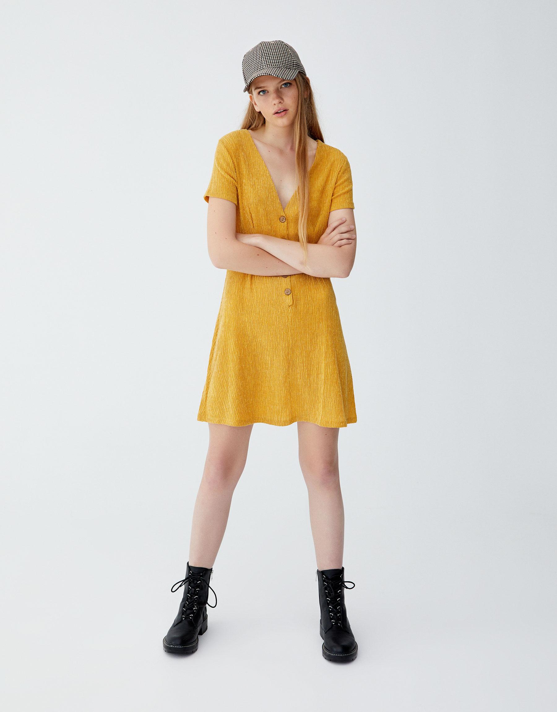 77857d77b3e Μίντι φόρεμα με πλαϊνό σχίσιμο με κουμπιά - PULL&BEAR