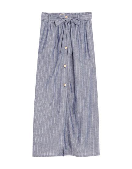 Midi-nederdel i stribet chambraystof
