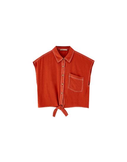 Skjorte med pyntestikning i kontrast og knude