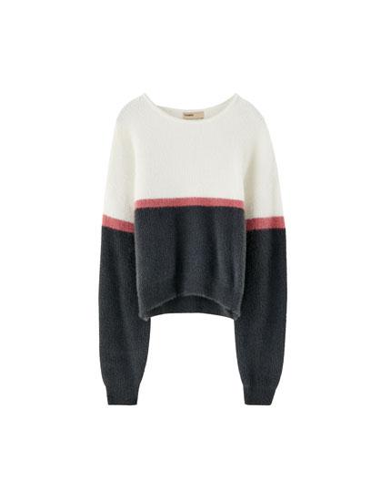 Pūkains džemperis ar krāsu laukumiem