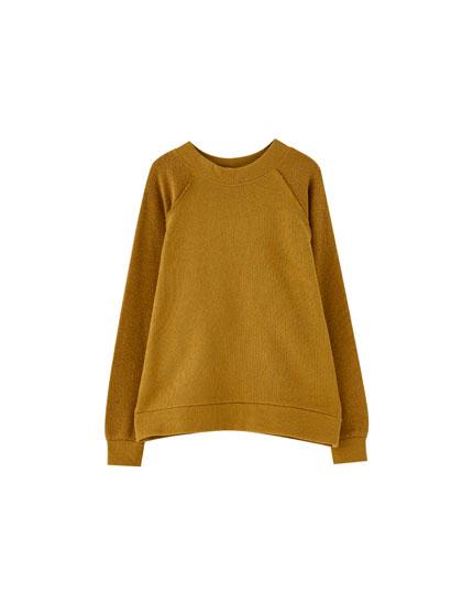 Ockerfarbenes Sweatshirt mit Textur