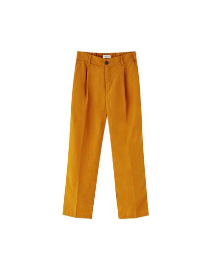 Pantaloni din in cu nasture