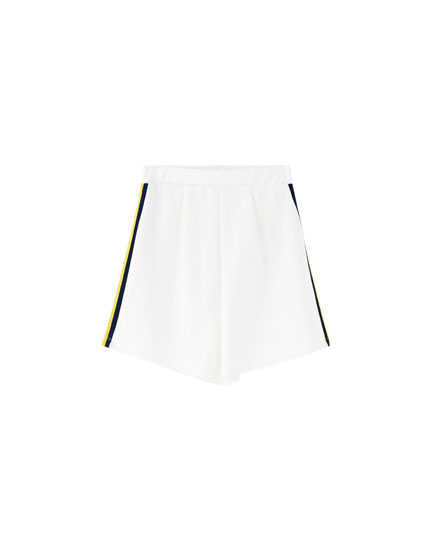 Sporty shorts with side stripe