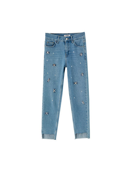 Jeans mom fit com pormenores fantasia