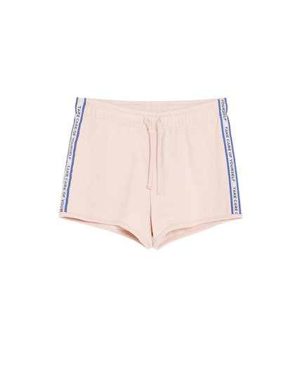 Sporty short met tekst streepbies