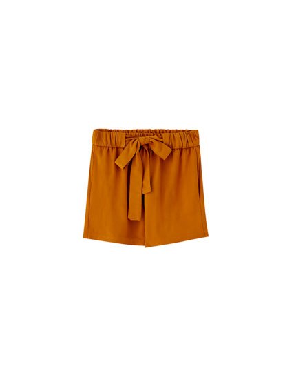 Basic short met strikceintuur