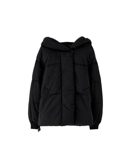 Stepēta jaka ar lielu kapuci