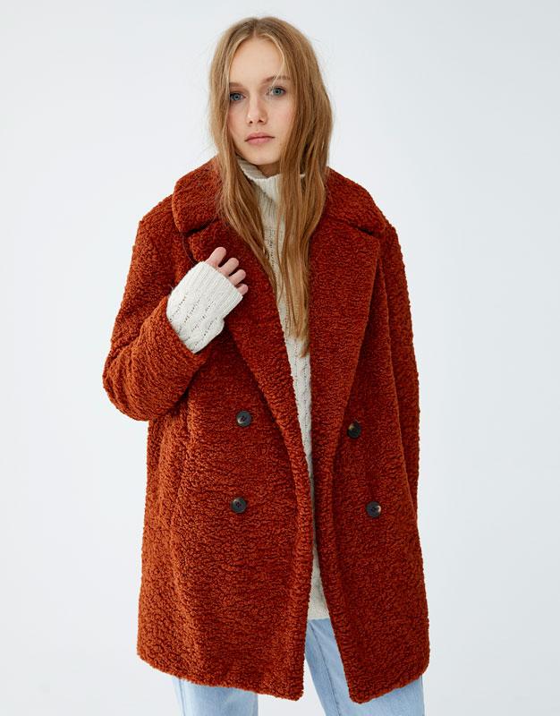 Μακρύ παλτό από συνθετική μπουκλέ γούνα by Pull & Bear