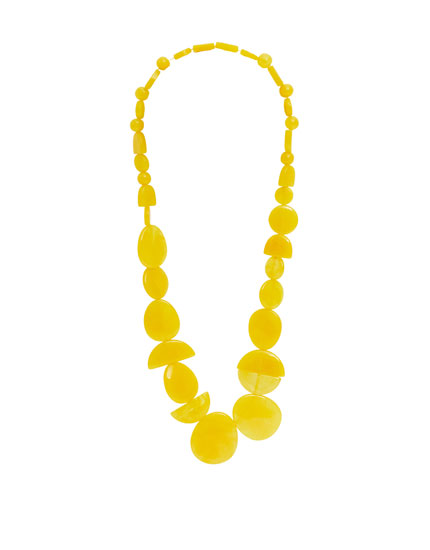 Halskette mit gelben Steinen aus Harz