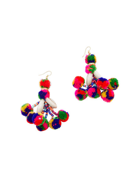 Pompom earrings with seashells