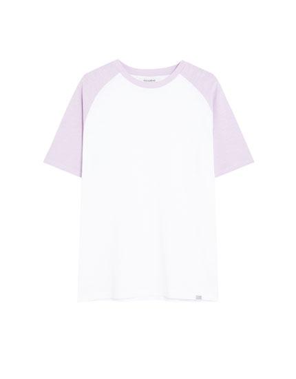 T-shirt com manga raglã em contraste