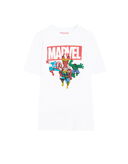 Sort t-shirt med korte ærmer og Marvel-superhelte