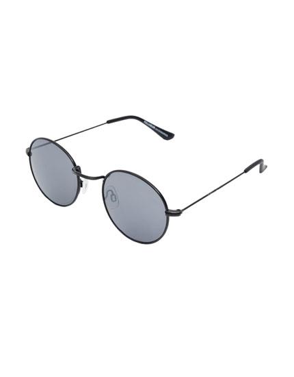 Retro-style round sunglasses