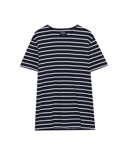 Tricou în dungi marinăreşti