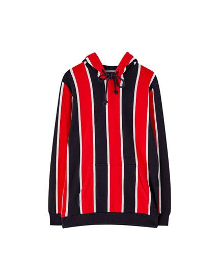 Sweatshirt com capuz e risca vertical