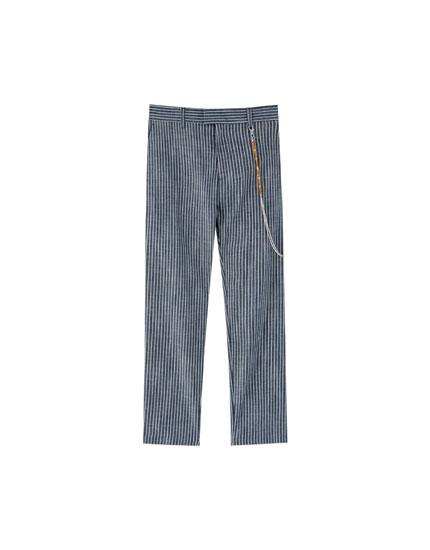 Eng geschnittene Hose mit Kette und Streifenprint
