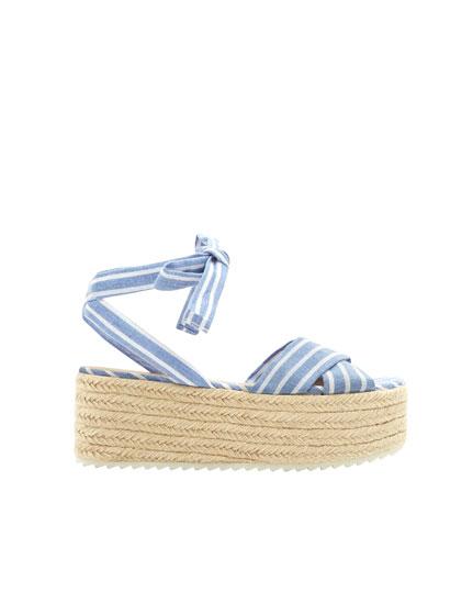 Sandal med kilehæl i tørklædestof
