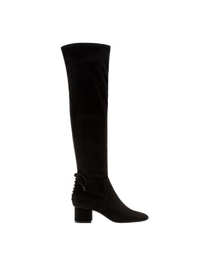 Stiefel mit Absatz und Zierschleife
