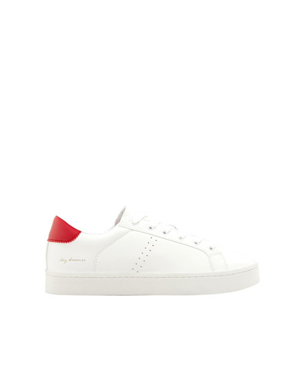 Urban sneakers with a red detail