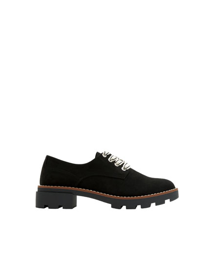 Derby shoes with contrasting laces